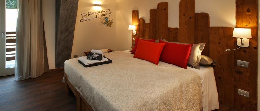 italy_milky-way-ski-area_sauze-doulx_hotel_serendipity_bedroom.jpg